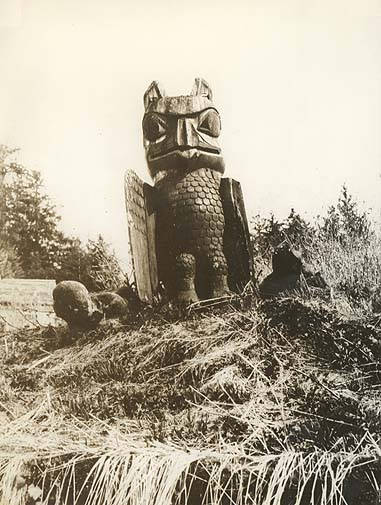 042 haida wooden eagle and human figures 1925