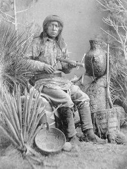 5 chasi jouant du fiddle violon apache
