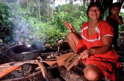 Mujer warao prepara el fuego para cocinar