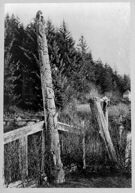 Totem du chef skowl sculpte par dwight wallace et le cadre d une maison kasaan alaska